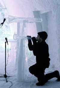 Arve Henriksen med istrompeter (Vinterspillene 2002)