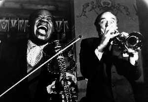 Louis Armstrong og Alfred Maurstad bytter instrumenter, Oslo, 1959 (Foto: Tore Fredenlund)