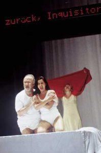 Bilde fra Intoleranza (Foto: Bernd Uhlig, Deutsche Opera Berlin)
