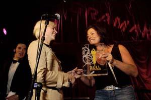Bertine Zetlitz mottar Gullmikrofonen 2004