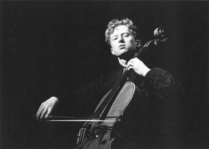 Ernst Simon Glaser med instrument, foto: T. Schönfelder/RK