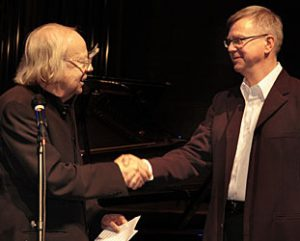 Sven Lyder Kahrs mottar Arne Nordheims Komponistpris 2005: Foto: Ann Iren Ødeby
