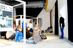 Tou Scene: Nasjonalmuseets Espen Tversland viser utstillingen Generator.x for elever fra Lundehaugen videregående (Foto: Minna Suojoki)