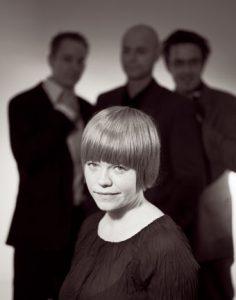 Randi Tytingvåg med band (Foto: CF Wesenberg)