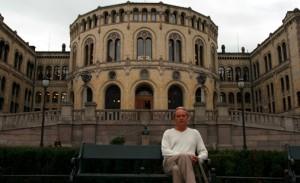 Helge Skansen foran Stortinget