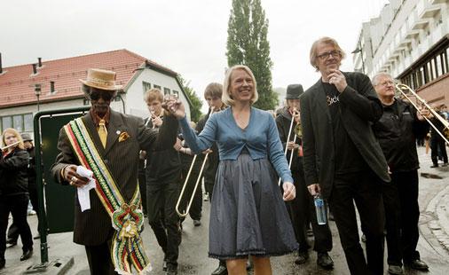 Lionel Batiste, Anniken Huitfeld og Jan Ole Otnæs under åpningsparaden til Moldejazz 2010