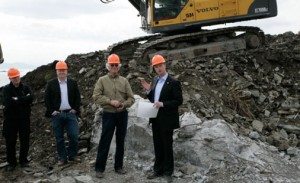 Terje Søviknes og Per Grieg sr. under byggestart for Kulturhuset Osana i Os kommune.