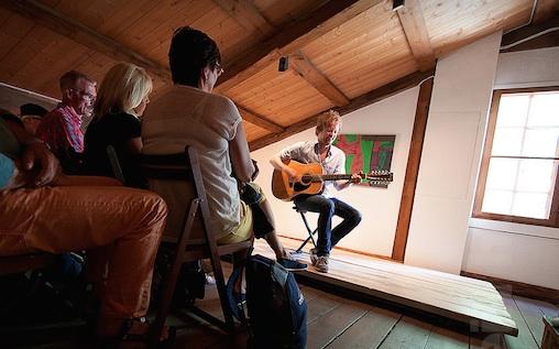 Samspelet blei ikkje mellom Myhr og oss, men mellom gitaren og rommet klangen blei skoten ut, skriv Olav Opsvik