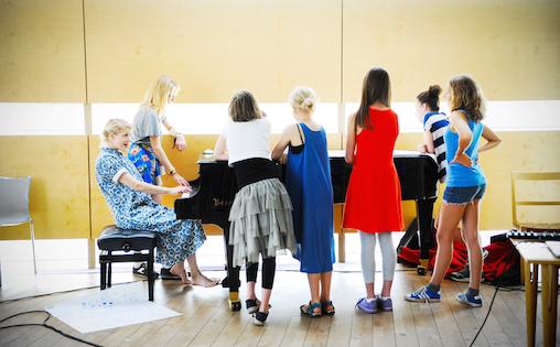 """Workshopdeltakerne lærer Kolstads låt """"Rooms"""""""