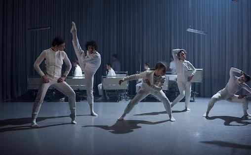 Danserne i vårt nasjonale kompani for samtidsdans fornekter seg ikke som sterke teknikere og nærværende individer, skriver Margrete Kvalbein. Foto: Helge Hansen & Jonas Boström.