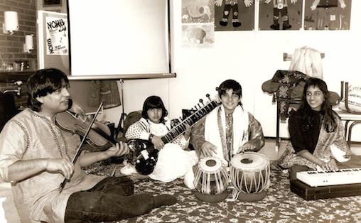 F.v. Jai Shankar på hans far, Shri Lal Sahajpal, lillesøster Rohini Sahajpal, og Deepika Thataal, nå internasjonalt kjent som Deeyah. Bildet er tatt under turneen de gjorde på fem utvalgte Oslo-skoler høsten 1988.