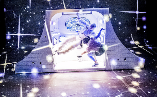 Den vektløse koreografien i den trange cockpiten og videoanimasjonens rasende tempo i rommet omkring oss finner hver i sær sin ekvivalent til den lydlige profilen, skriver Gustav Borgersen. Foto: Dag Jenssen
