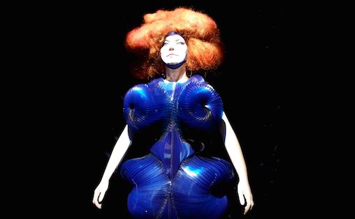 Björk-ustillingen har også dukker iført noen av hennes mest ikoniske kostymer. Foto: Thomas Kolbein Bjørk Olsen