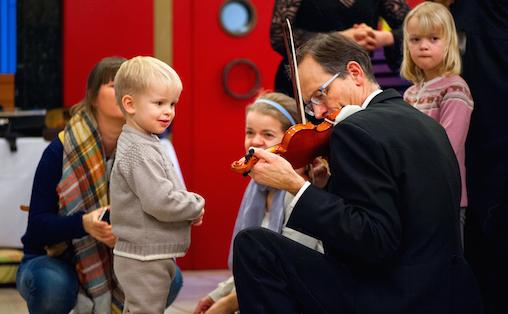 Niels Aschehoug spiller under Familiedagen 2015. Foto: Alexander Light Photography
