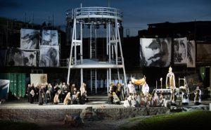 Effektiv scenografi integrerte festningen i forestillingen. Tårnet i midten fungerte godt som dynamisk midtpunkt. Foto: Stein Johnsen, Halden Arbeiderblad