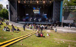 Ca 20 ungdommer har samlet seg foran scenen. Fra konserten til Team Me. Foto: André Løyning.