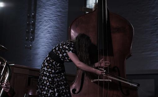 Guro Skumsnes Moe spiller octobass Foto: NyMusikk/Henrik Beck
