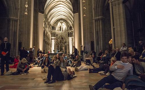 Det tok forunderlig kort tid før vi greide å slippe tillærte regler for konsertoppførsel og følge oppfordringen om å ta rommet i bruk. Foto: Marianne Lystrup.