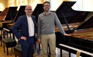 Festspilldirektør Anders Beyer og Leif Ove Andsnes  i Hamburg for å plukke ut det nye flygelet til Håkonshallen. Foto: Festspillene i Bergen