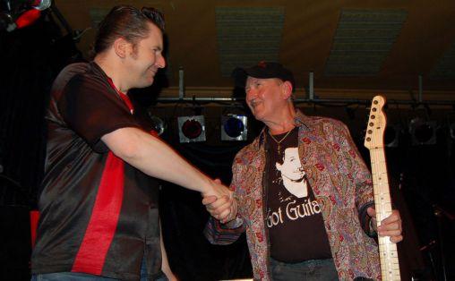 Steinar Kallander med den legendariske gitaristen James Burton på Gamla