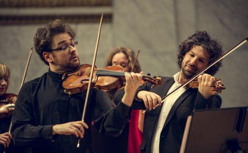 Det Norske Kammerorkester og russisk-britiske fiolinisten Alexander Sitkovetsky Foto: Bård Gundersen.