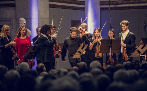 Det norske kammerorkester og fiolinisten Alexander Sitkovetsky Foto: Bård Gundersen