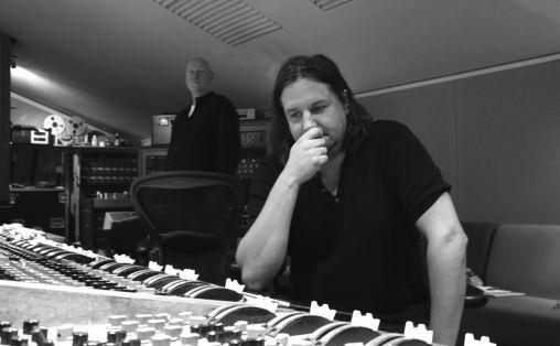 """Stillitoe i kontrollrommet til «State Of The Ark» studio i London under innspillingen av Anne Marie Almedals «Memory Lane». Tilstede er også den britiske """"bass""""legenden Danny Thompson. Foto: Vidar Mortensen"""