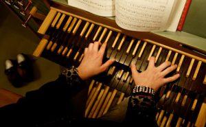 En kirkemusiker må kunne spille orgel