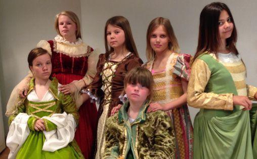 Barna i Eide Kulturarena lærer seg mange nye ferdigheter. Både sang og skuespill ble øvd iherdig inn til denne Mozart-forestilling av sanggruppen Birimbau i 2015.