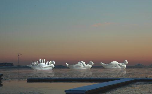 Life boats i solnedgang. Fotomontasje av Malene Pedersen