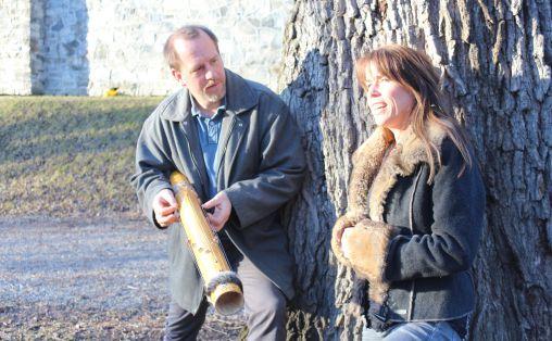 Anders Rønningen med Instrumentet «Valiha»; en bambusharpe fra Madagaskar, som han bruker og har brukt mye som musiker.