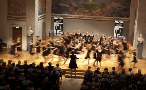 «Ro-uro» for løpende jentekor fremført av Det Norske Jentekor under ledelse av Anne Karin Sundal-Ask Foto: Kristin Bolgård / Oslo Kammermusikkfestival