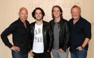 Petter Singsaas til høyre, her sammen med Ylvis-brødrene og Per Sundin, Universal Sveriges sjef.