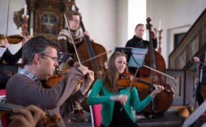 Geir Inge Lotsberg sammen med Trondheimsolistene under innspilling av «Reflections» i Selbu kirke 2015. Foto: Morten Lindberg / 2L