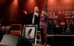 Bluesprisvinner Amund Maarud med prisutdeler Steven Van Zandt. Foto: Tom Helmersen