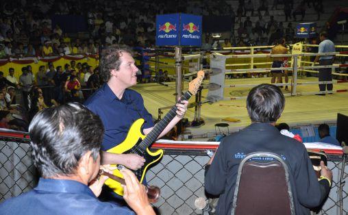 Frode Barth spiller p Rajadamnern, Muay Thai-stadion i Bangkok.