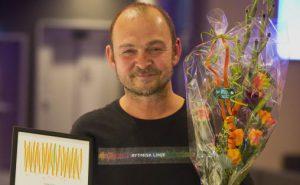 Prisvinner Tore Bråthen med diplom og blomster Foto: Halvor Gudim
