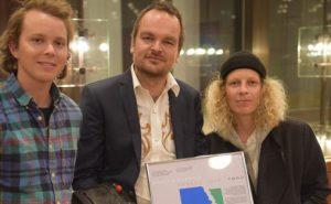 Morten Quenild fikk prisen overrakt av fjorårets vinner Valkyrien Allstars Foto: Janne Sievers