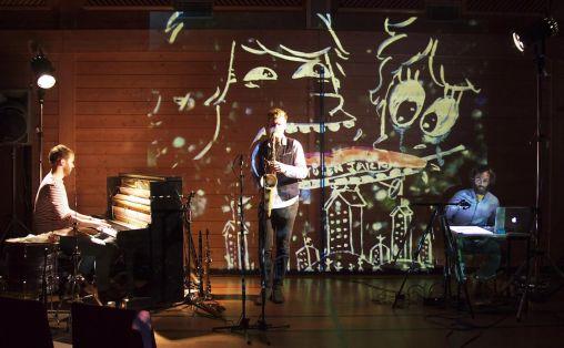 Bandet Albatrosh anslår å ha spilt mellom 200 og 300 konserter på skoler. Fra venstre: Pianist Eyolf Dale, saksofonist André Roligheten, digital visualisering: Andreas Palelogos. Foto: Andreas Palelogos