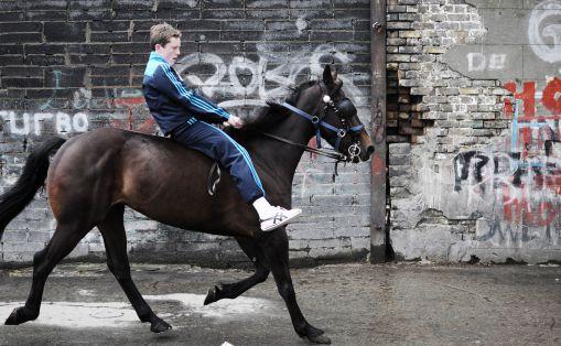 15-åring på hest utenfor stallen i Dublin