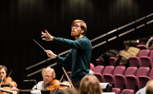 VALGT UT TIL OPPTAKT: Nils Erik Måseidvåg (24) i aksjon med Trondheim Symfoniorkester under prøvedirigeringen 2. desember.  Foto: Opptakt/Sven Erik Knoff