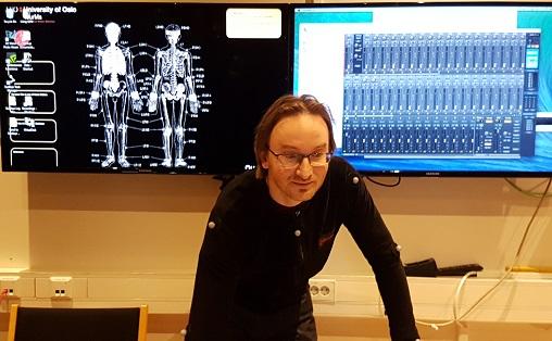 Alexander Refsum Jensenius styrer maskinene i labben på Institutt for musikkvitenskap ved UiO Foto: Aslaug Olette Klausen