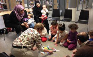 Bente Bogen med barn-og-foreldregruppa på tiltaket ved Skedsmo asylmottat