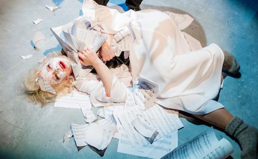 Hun finner sin lykke i hva Hun er som musiker, og derfor blir fallhøyden stor når ting ikke går hennes vei, skriver Magnus Andersson. Foto: Dag Jenssen.
