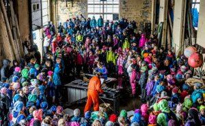 Pinquins og skolebarn på Riksonsertene og Ultimas samtidsmusikkfestival for barn, RiksUltima, på Vibrandsøy utenfor Haugesund i 2015