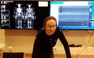 Senterleder Alexander Refsum Jensenius styrer maskinene i labben på Institutt for musikkvitenskap ved UiO Foto: Aslaug Olette Klausen