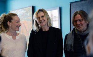 Anne Grete Preus (i midten)med vokallærer og universitetslektor Hilde Norbakken og instituttleder, professor Erik Gunvaldsen fra Institutt for rytmisk musikk