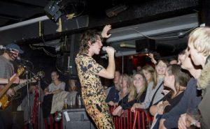 Frontfigur i Hjerteslag, Robert Eidevik, hadde publikum i sin hule hånd gjennom hele konserten på Garage. Foto: Helge Skodvin.