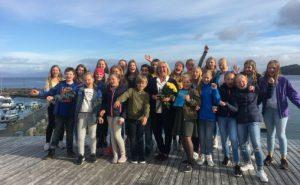 Prisvinner Gunvor Bleiklie sammen med sitt eget kor, Kirkevoll skolekor Foto: Ung  i Kor