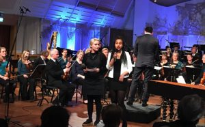 To av presentatørene; Karin og Jenny fra KORKSs konsert med elever fra Edvard Munch videregående skole Foto: NRK